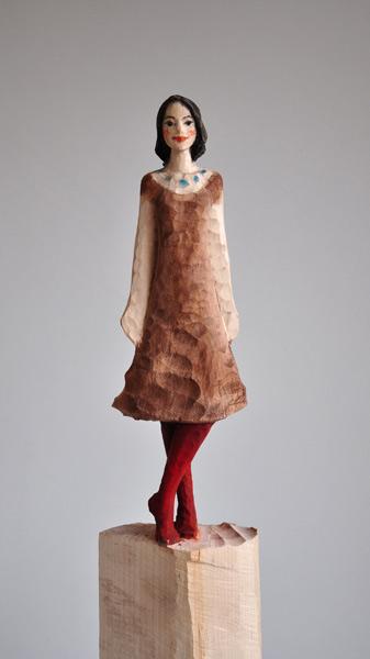 Braunes Kleid, Linde, Pigment, 2012, 45 cm