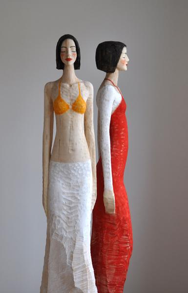 Rotes Kleid, ohne Titel, Linde, Pigment, 2010, 195 cm